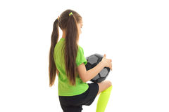 Niña linda en fútbol que juega uniforme del verde Foto de archivo