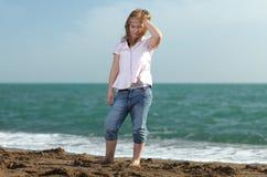 Niña linda en la playa Fotografía de archivo
