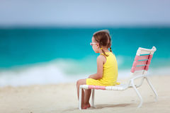 Niña linda en la playa Foto de archivo