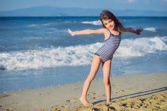 Niña linda en la playa foto de archivo libre de regalías
