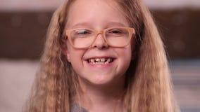 Niña linda en la sonrisa de los vidrios almacen de video