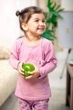 Niña linda en sitio con la manzana verde imagen de archivo libre de regalías