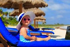 Niña linda en sombrero grande en la playa del verano Imagenes de archivo