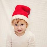 Niña linda en sombrero rojo de la Navidad Foto de archivo