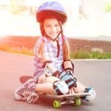 Niña linda en un casco Imagen de archivo libre de regalías