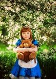Niña linda en un jardín de la primavera Imágenes de archivo libres de regalías