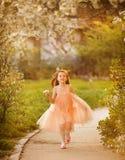 Niña linda en un jardín de la primavera Imagen de archivo