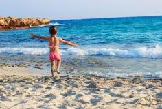 Niña linda feliz que corre en la costa del mar caliente en la suma Fotografía de archivo libre de regalías