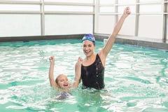 Niña linda que aprende nadar con el coche Fotos de archivo libres de regalías