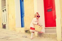 Niña linda que camina en la calle de Malta Foto de archivo libre de regalías