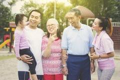 Ni?a linda que charla con su familia en el parque imagen de archivo libre de regalías