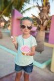 Niña linda que come el helado al aire libre imagenes de archivo