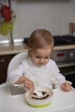 Niña linda que come las gachas de avena sanas Foto de archivo