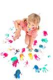 Niña linda que hace impresiones coloridas de la mano Imagen de archivo libre de regalías