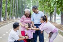 Niña linda que juega con su familia en el aire libre fotografía de archivo