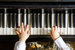 Niña linda que juega el piano de cola en escuela de música Imágenes de archivo libres de regalías