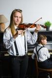 Niña linda que juega el violín y el ejercicio Foto de archivo libre de regalías