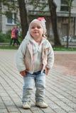 Niña linda que juega en la calle Imagenes de archivo