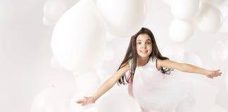 Niña linda que juega los globos Foto de archivo libre de regalías
