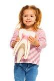 Niña linda que lleva a cabo el modelo del diente en sus manos foto de archivo