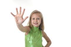 Niña linda que muestra la mano en las partes del cuerpo que aprenden el serie de la carta de la escuela Imagen de archivo