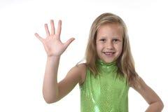 Niña linda que muestra la mano en las partes del cuerpo que aprenden el serie de la carta de la escuela Fotos de archivo