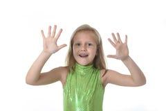 Niña linda que muestra las manos en las partes del cuerpo que aprenden el serie de la carta de la escuela Imagen de archivo libre de regalías