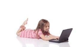 Muchacha linda con un ordenador portátil Fotografía de archivo