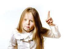 Niña linda que presenta para hacer publicidad, haciendo signes por las manos foto de archivo libre de regalías