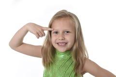 Niña linda que señala su ceja en las partes del cuerpo que aprenden el serie de la carta de la escuela Imagen de archivo libre de regalías
