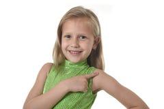 Niña linda que señala su hombro en las partes del cuerpo que aprenden el serie de la carta de la escuela Foto de archivo