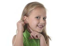 Niña linda que señala su oído en las partes del cuerpo que aprenden el serie de la carta de la escuela Fotografía de archivo