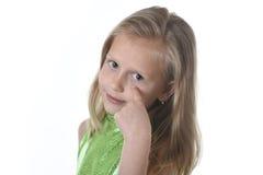 Niña linda que señala su ojo en las partes del cuerpo que aprenden el serie de la carta de la escuela Imagen de archivo