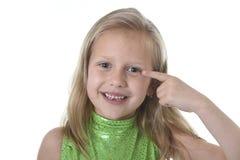 Niña linda que señala su ojo en las partes del cuerpo que aprenden el serie de la carta de la escuela Fotos de archivo libres de regalías