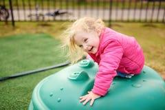 Niña linda que se divierte en patio al aire libre Fotos de archivo