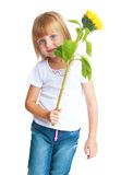 Niña linda que sostiene un girasol de la flor Foto de archivo