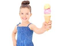 Niña linda que sostiene un helado Imágenes de archivo libres de regalías