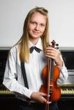Niña linda que sostiene un violín interior Imágenes de archivo libres de regalías