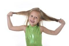 Niña linda que tira del pelo rubio en las partes del cuerpo que aprenden el serie de la carta de la escuela Foto de archivo