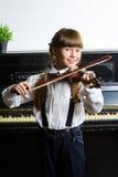 Niña linda que toca el violín y ejercicio interior Fotos de archivo libres de regalías