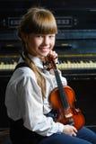 Niña linda que toca el violín y ejercicio interior Imágenes de archivo libres de regalías