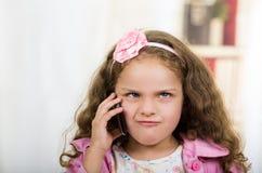 Niña linda que usa el teléfono celular Foto de archivo