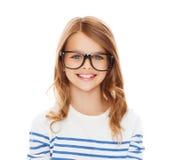 Niña linda sonriente con las lentes negras Imagen de archivo