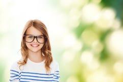 Niña linda sonriente con las lentes negras Fotos de archivo