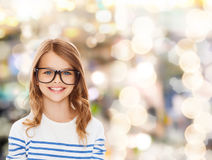 Niña linda sonriente con las lentes negras Imagenes de archivo