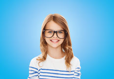 Niña linda sonriente con las lentes negras Fotografía de archivo libre de regalías