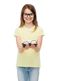 Niña linda sonriente en lentes negras Fotos de archivo libres de regalías