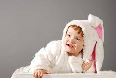 Niña linda vestida en traje del conejito de pascua foto de archivo