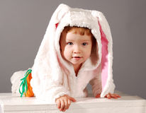 Niña linda vestida en traje del conejito de pascua foto de archivo libre de regalías