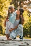 Niña linda y su mamá Imagenes de archivo